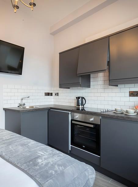 Room 8 | Deluxe Studio Apartment En-Suite | Fully-equipped Kitchen